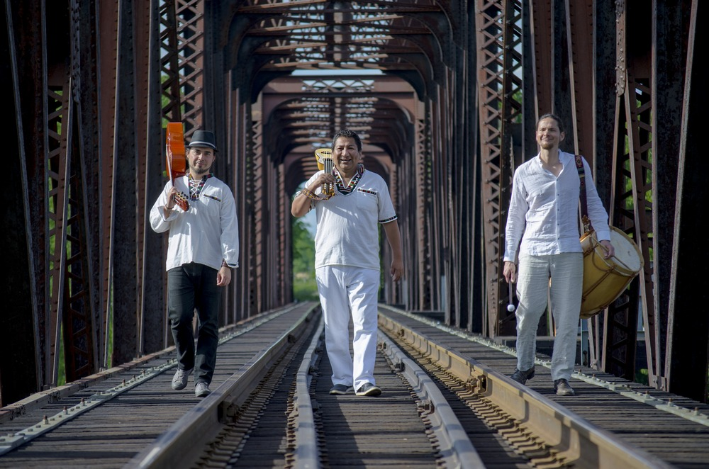 trio willy rios sur un pont